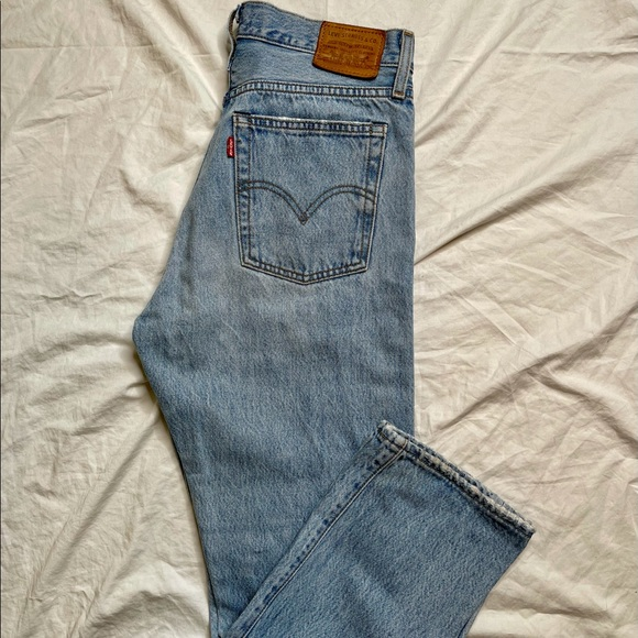 ❗️SOLD❗️Levi's distressed wedgie straight